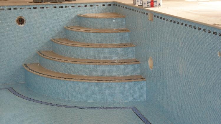 Zwembad betegelen met van niftrik tegelwerken van niftrik