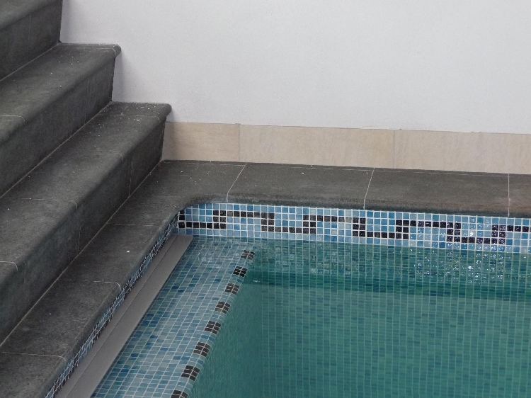 Zwart mozaiek zwembad maison design obas